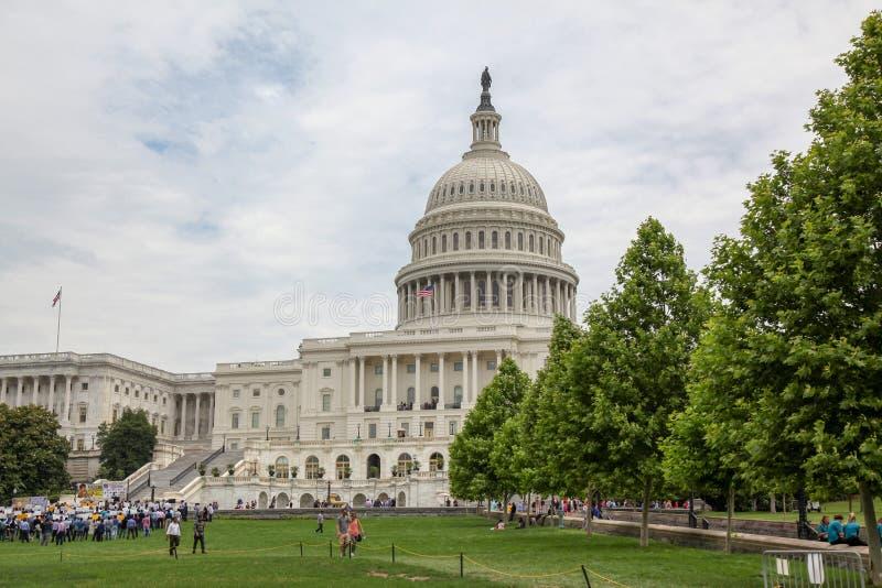 Waszyngton, czerwiec 14,2018: Najwięcej ludzi zbierają przed zlanych stanów Kongresowym budynkiem przy usa obraz royalty free