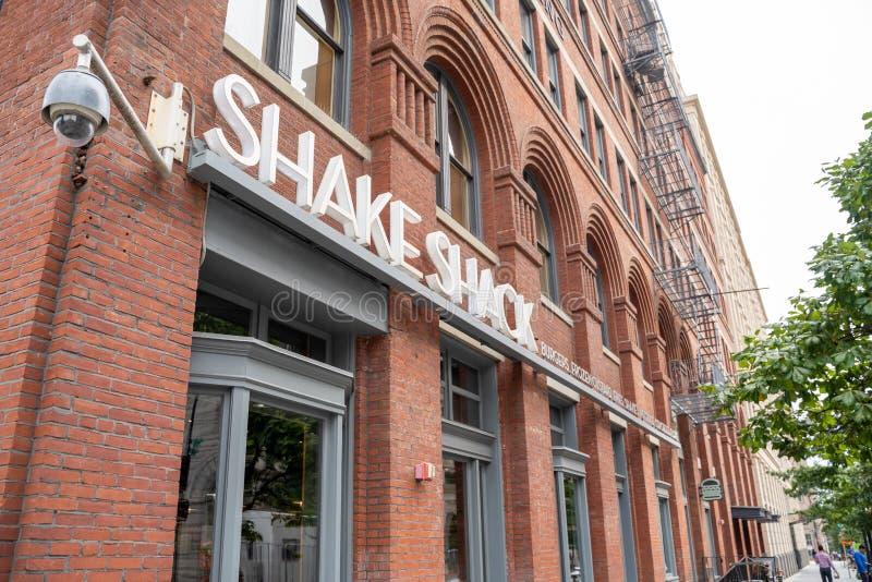Waszyngton, DC - 5 sierpnia 2019:Znak zewnÄ™trzny i wejÅ›cie do Shake Shack, szybkiej restauracji sprzedajÄ…cej burgery i frytki obraz stock