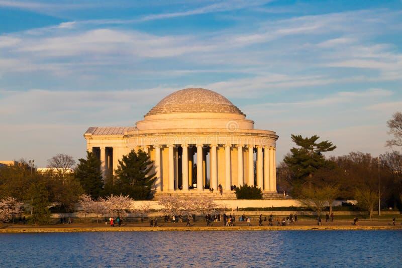 Waszyngton, DC, usa - Kwiecień 1, 2019: Jefferson czereśniowego okwitnięcia pamiątkowy festiwal patrzeje przez Pływowego basen zdjęcia stock