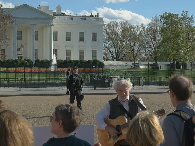 WASZYNGTON, DC, usa - Kwiecień, 4, 2017: protestujący śpiewa na zewnątrz białego domu w Washington obraz stock