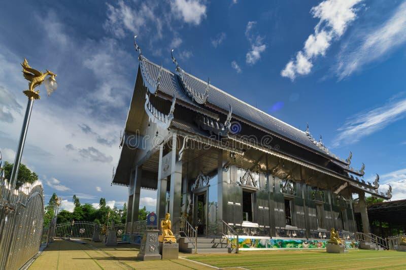 Wat华Suan,Chachoengsao,泰国:属于佛教is is的泰国的建筑学由不锈钢制成 库存照片