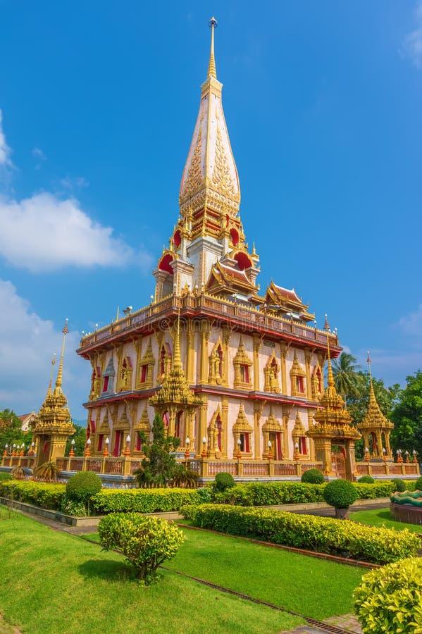 Wat查龙寺庙在晴朗的夏日 库存照片