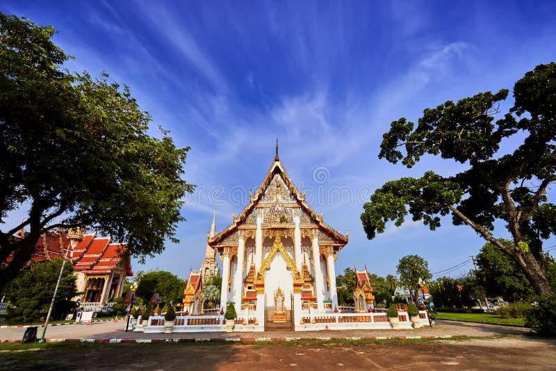 Wat查龙寺庙在晴朗的平衡的普吉岛泰国 图库摄影