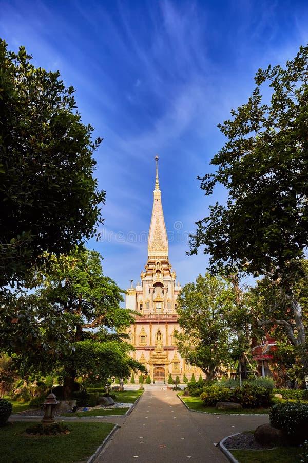Wat查龙寺庙在晴朗的平衡的普吉岛泰国 免版税库存照片