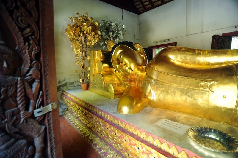 Wat的Phra辛哈斜倚的菩萨 免版税库存图片