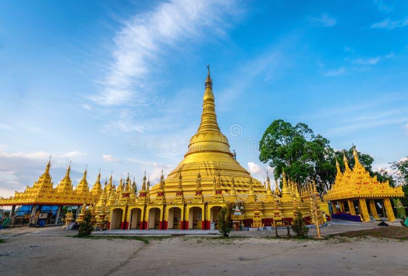 Wat的Suwan Khiri, Ranong,泰国Shwedagon塔 复制品  免版税图库摄影