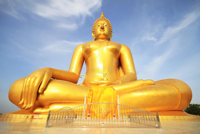 Wat蒙镇大金黄菩萨雕象在Angthong省的, 免版税库存照片