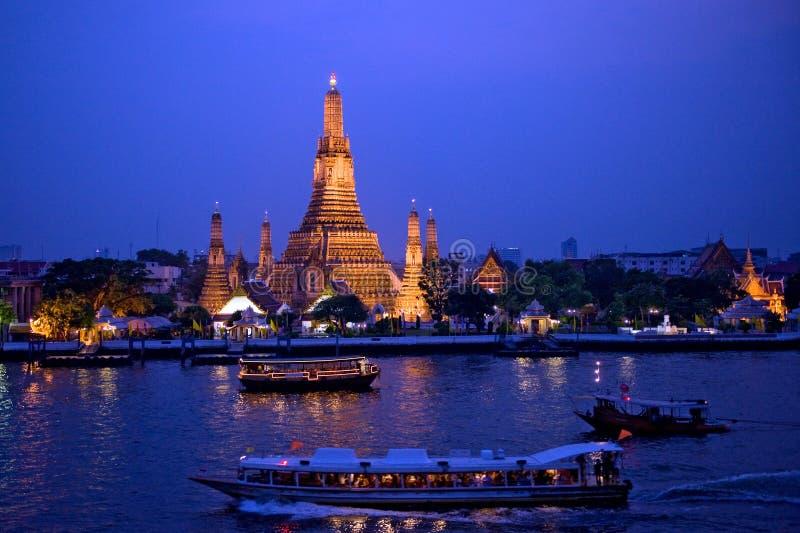 wat взгляда bangkok Таиланда arun twilight стоковые фото