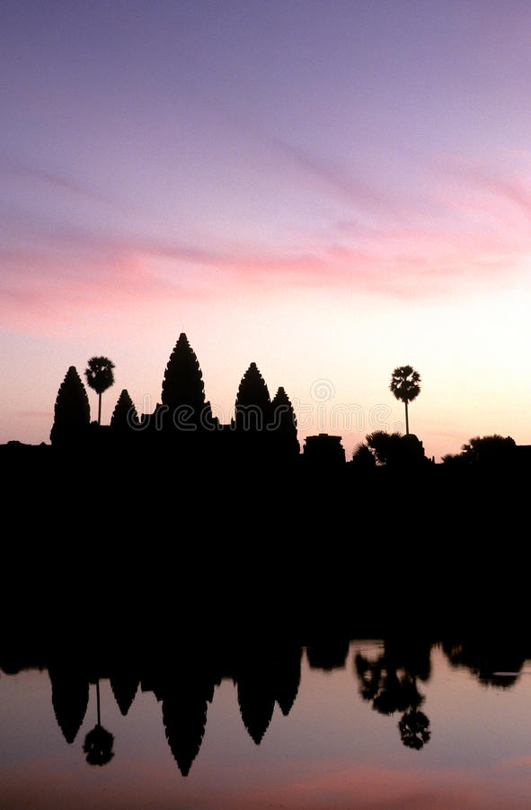 wat восхода солнца angkor silhouetted Камбоджей стоковые фотографии rf