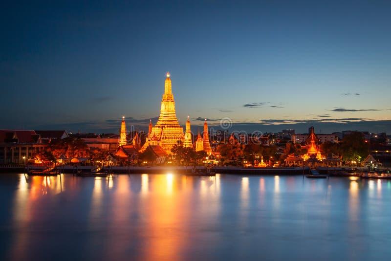Wat Arun à travers Chao Phraya River pendant le coucher du soleil à Bangkok, thaïlandais photographie stock