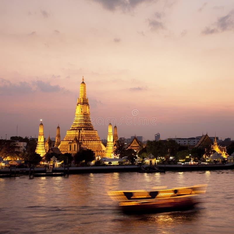 Wat Arun attraverso il fiume di Chao Phraya durante il tramonto fotografia stock