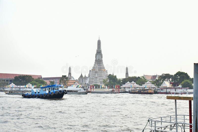 Wat Arun bei Chao Phraya River in Bangkok, Thailand stockfotos