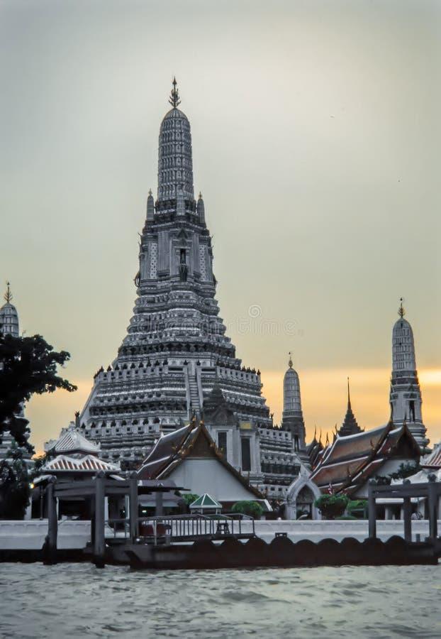 Wat Arun bei Mae Nam Chao Phraya River in der Stadt von Bangkok in Thailand lizenzfreies stockbild