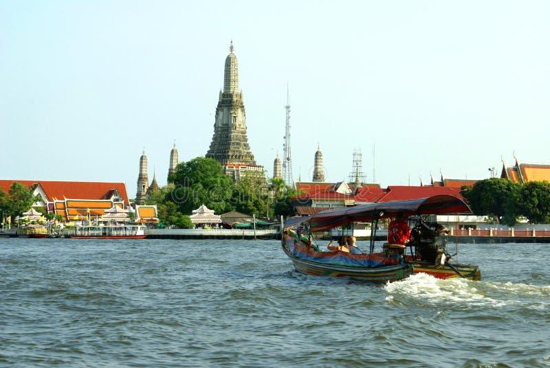 Wat Arun bij de Chao Phraya-rivierbank in Bangkok, Thailand, Azië stock afbeeldingen