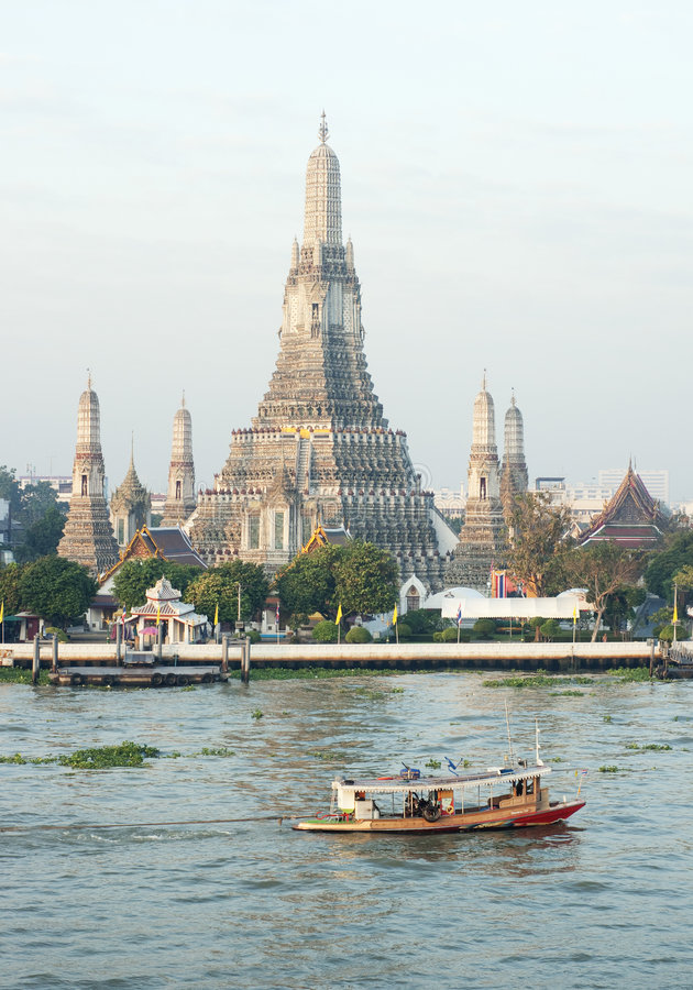 Wat Arun dal fiume del Chao Phraya in Tailandia immagine stock libera da diritti