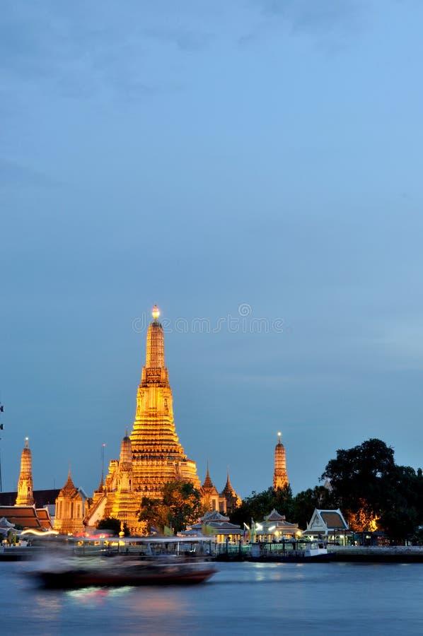 Download Wat Arun an der Dämmerung stockfoto. Bild von buddhismus - 27729076