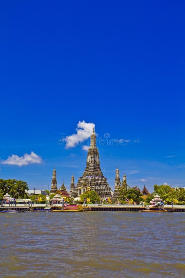 Wat Arun e cloudscape imagem de stock