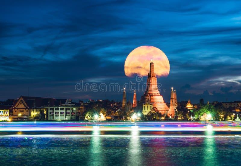 Wat Arun eller templet av gryning är den mest berömda gränsmärket av Bangko arkivfoton