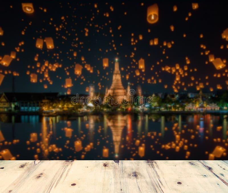 Wat arun en houten platform in Bangkok, Thailand stock foto's