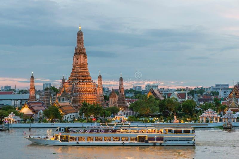 Wat Arun i statek wycieczkowy w nocy, Bangkok miasto, Tajlandia fotografia stock
