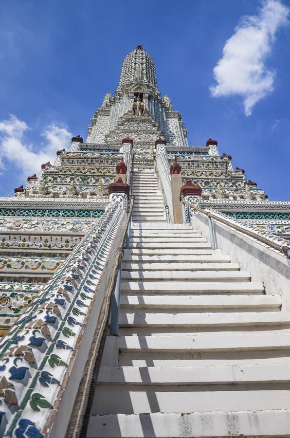 Wat Arun med blå himmel, templet av gryning fotografering för bildbyråer
