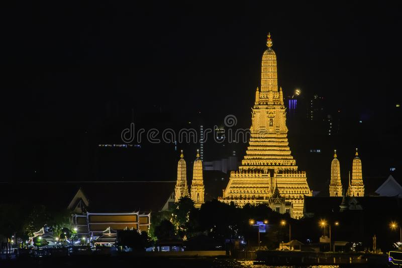Wat Arun nachts mit Gold und ist der älteste Tempel Chao Phraya Rivers In Bangkok Thailand stockbilder