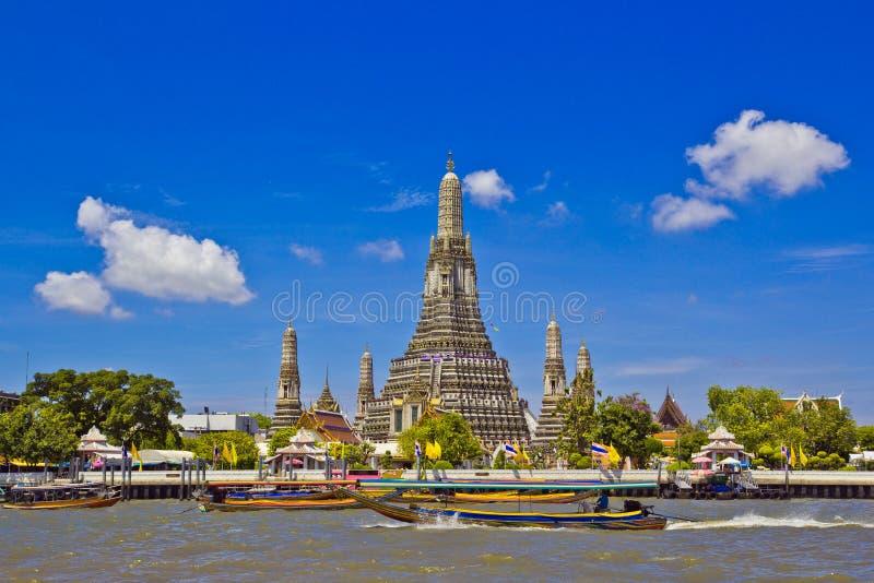 Wat Arun och cloudscape royaltyfria foton