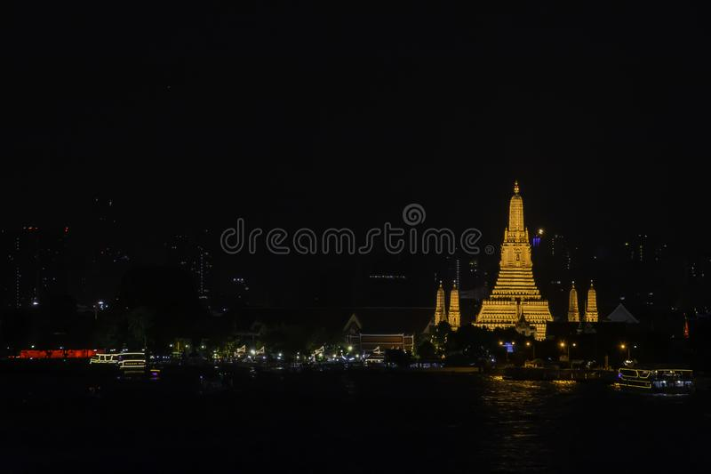 Wat Arun przy nocą z złotem i jest starym świątynią Chao Phraya rzeka W Bangkok Tajlandia obraz stock