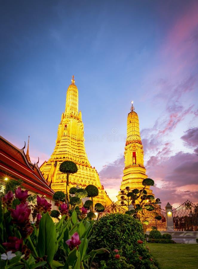 Wat Arun Ratchawararam au coucher du soleil avec le beaux ciel et nuages bleu-foncé Le temple bouddhiste de Wat Arun est le point photos libres de droits