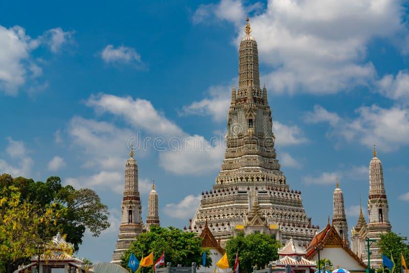 Wat Arun Ratchawararam con el cielo azul hermoso y las nubes blancas El templo budista de Wat Arun es la se?al en Bangkok, Tailan fotos de archivo