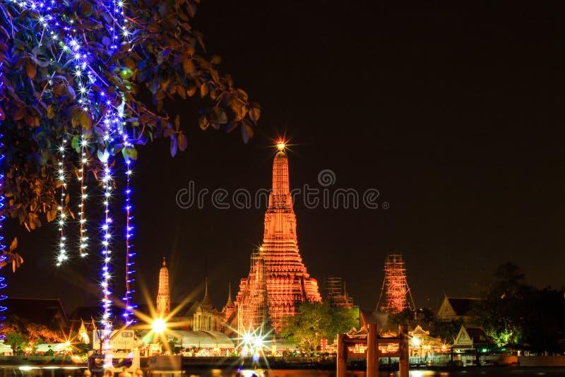Wat Arun Ratchawararam Ratchawaramahawihan na noite fotos de stock