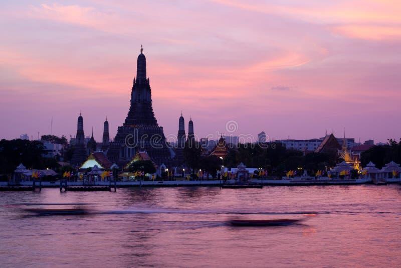 Wat Arun in roze zonsondergangschemering, Bangkok Thailand stock afbeelding
