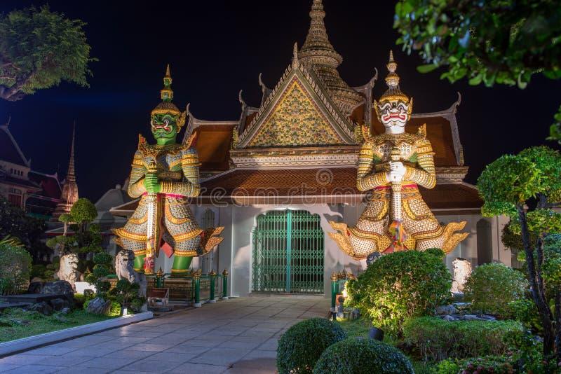 Wat Arun Temple av den Dawn Buddhist templet med förmyndare som skyddar portar bangkok thailand arkivbild