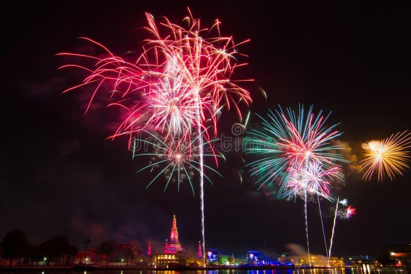 Wat Arun Temple, Banguecoque, tempo da celebração dos fogos-de-artifício da contagem regressiva do ano novo feliz fotos de stock