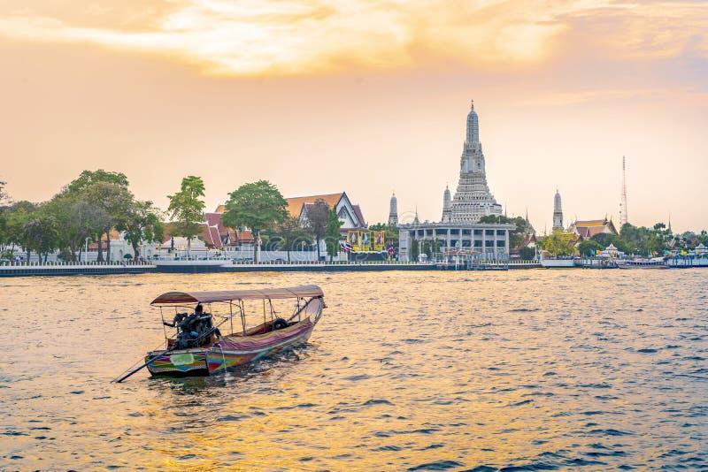 Wat Arun Temple bei Sonnenuntergang in Bangkok Thailand Passagierboote, die sofort gefahren werden stockfotos