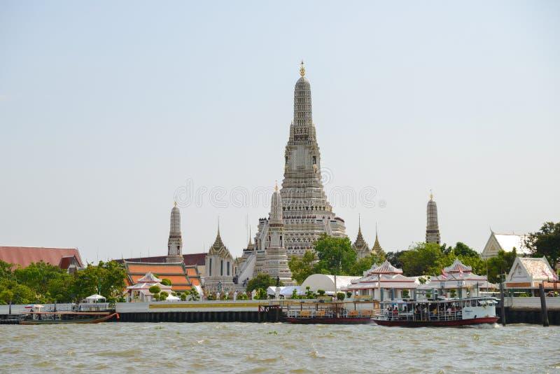 Wat Arun Temple con las torres en Bangkok, Tailandia Señal popular del buddhism alrededor de viajeros fotos de archivo libres de regalías