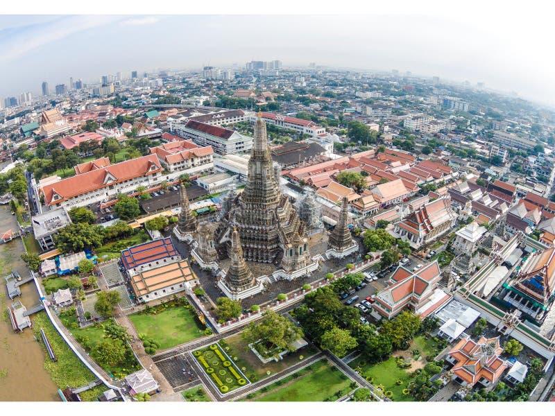 Wat Arun Temple e Chao Phraya Riverside em Banguecoque Tailândia imagem de stock