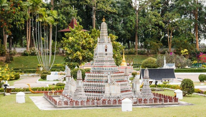 Wat Arunratchawararam Ratchaworamahawihan é um dos templos os mais atrativos em Tailândia em Mini Siam fotografia de stock royalty free