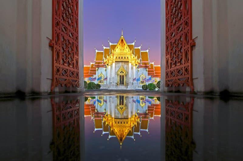 Wat Benchamabophit The Marble Temple-Reflexionen bei Sonnenuntergang lizenzfreies stockbild
