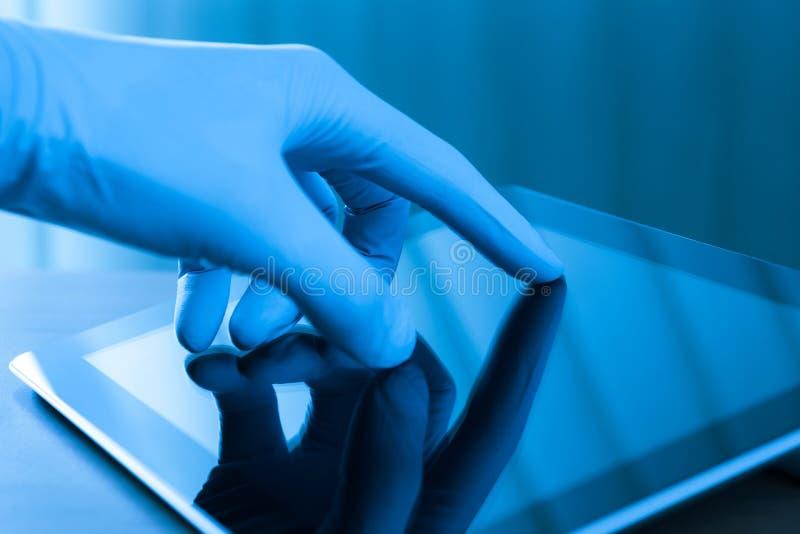 Wat betreft Digitale Tablet in Handschoen royalty-vrije stock afbeeldingen
