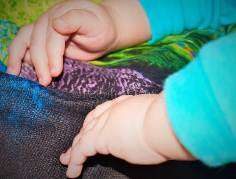 Wat betreft handvatten van een klein kind royalty-vrije stock afbeeldingen