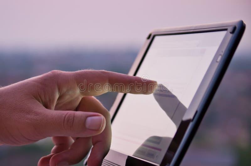 Wat betreft het scherm op tablet stock fotografie