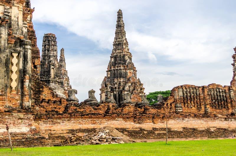 Wat Chaiwatthanaram dans la ville d'Ayutthaya, Thaïlande. Elle est allumée photo libre de droits
