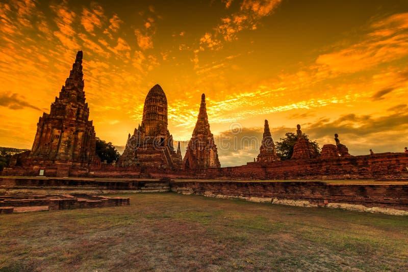 Wat Chaiwatthanaram i solnedgången royaltyfri fotografi