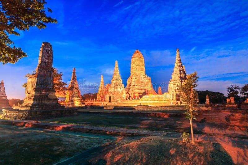 Wat Chaiwatthanaram i solnedgången arkivbilder