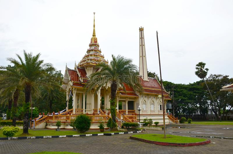 Wat Chalong Temple, Phuket, Thailand Weergeven bij de bouw van de tempel die door palmen wordt omringd royalty-vrije stock foto's