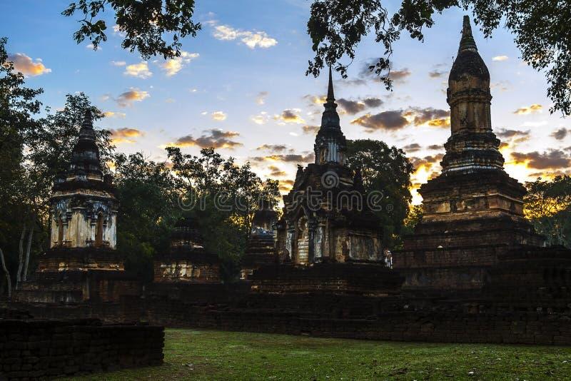Wat Chedi Chet Thaeo e moning claro imagem de stock
