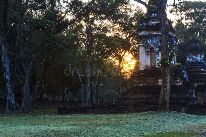 Wat Chedi Chet Thaeo e nascer do sol imagem de stock