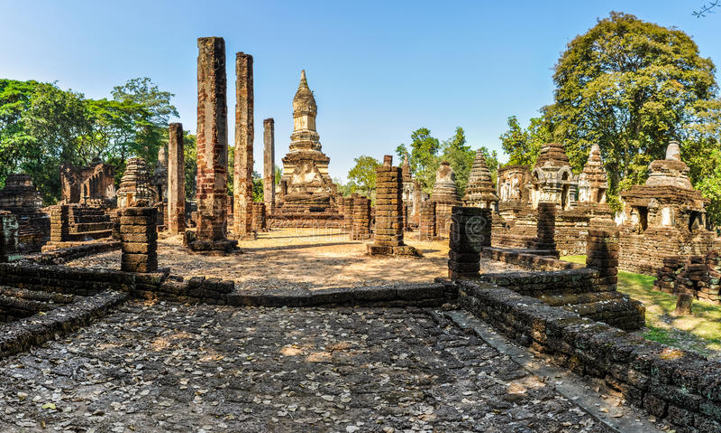 Wat Chedi Chet Thaeo no si Satchanalai, Tailândia imagem de stock