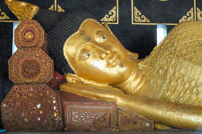 Wat Chedi Luang lizenzfreie stockfotos